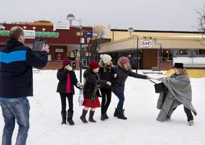 Tomas Emanuelsson filmar när skurken Teodor Gisselman rycker väskan av pensionären Moa Åhrberg. Alva Nordin, Clara Berglund och Sofia Hultin ser förskräckt på.
