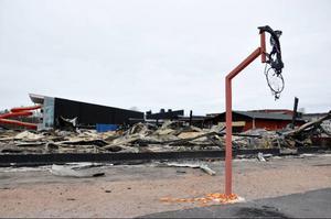 Denna vecka är det uppröjning av brandplatsen som gäller. Till och med basketkorgen smälte i branden.