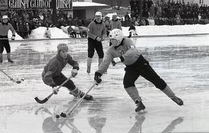 Här är Brobergs nummer 7 på väg igenom Nässjös försvar i en blöt slutspelsmatch på Faxevallen i mars 1967.