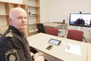 Näpochef Håkan Andersson kopplar upp sig mot en kollega i Östersund i det nya videokonferenssystemet.