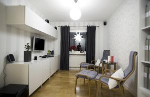 """""""Compact living"""" kallar de temat på sitt moderna hemmakontor. Så mycket som möjligt döljs bakom skåpdörrarna. Foto:Janne Eriksson"""