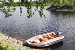 Räddningstjänsten har sökt efter 80-åringen med båt utan resultat.