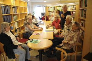 Det är trångt kring borden i Iggesunds bibliotek när det vankas berättarkväll.