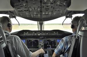Många piloter jobbar långa arbetspass - och somnar under flygturen.
