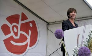På krigsstigen. Socialdemokraternas partiledare Mona Sahlin attackerade statsminister Fredrik Reinfeldt (M) när hon sommartalade i Stockholm i går. Hon sa bland annat att Moderaterna satte sänkta skatter framför alla andra prioriteringar.foto: scanpix