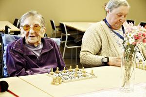 Elsa Larsson till vänster kammade hem första bingoomgången.