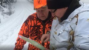 Christer Gruhs läser kartan tillsammans med jaktledaren Jan-Olof Olsson under vargjaktens första dag.