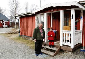 Här på nedersta trappsteget på farstubron hos Assar Nilsson i Norråker stod härom året en björn en kväll när Assar öppnade ytterdörren. Efter en stunds tillsägning försvann den till skogs, men familjen har blivit van att få påhälsning. Femårige dottersonen Amon Mårtensson har redan sett björn mer än en gång, senast när han gick hem från Valborgsmässoelden. Foto: Catarina Montell