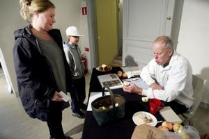 Mikaela och Emil Stridh fick hjälp med att bestämma sina äpplen av Olle Ridelius.