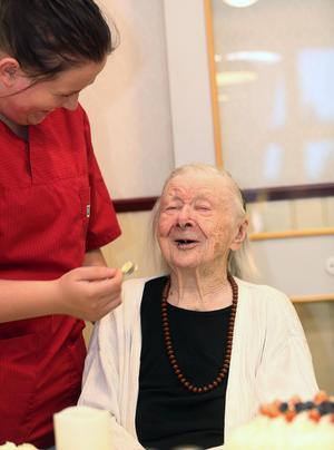 Inte alls dumt att fylla 105 år och bli uppvaktad med tårta, tyckte Maja Fjellner.