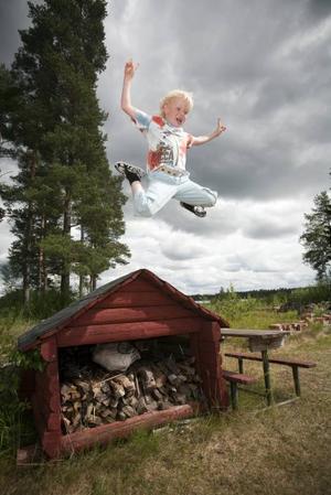 Sjuårige Isac utnyttjar lägergårdens resurser väl och ser till att göra sig av med allt spring i benen som han lyckats samla på sig under vinterhalvåret.