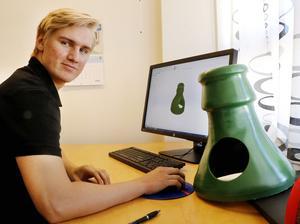 Lukas Gustafsson får prova en rad uppgifter under sin praktik. Här ska han göra en ritning på en del till ett återvinningskärl utifrån en modell som en designer har skapat i en 3D-skrivare. Den färdiga produkten ska kunna tillverkas i metall.