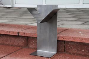 RR-MetallDesign designar och tillverkar själva bland annat ljusstakar och som på bilden bokhyllor i metall.