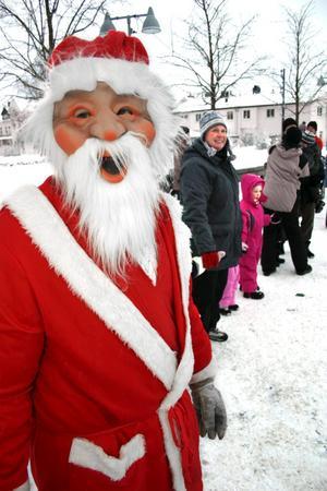 En av tomtarna från Fjugesta IF dansar ut julen.