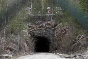 NORR OM HAMNEN. Bergrummen ligger norr om Bönavägen. Stephan Thunstedt har en sommarstuga inom en kilometer öster om området där Ragnsells vill slutförvara farligt avfall.