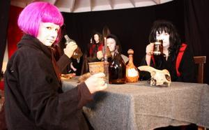 Matilda Jansson, Ida Kärnsund, Oscar Fjärrstrand och Olivia Eriksson är några av dem som spelar demoner. Joachim Wölger spelar Satan, han sitter i bakgrunden.