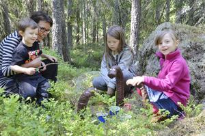 Mysiga maskar. Lotta, Tuva och Max Harrysson, och Jenny Eriksson från Örebro tittar närmare på maskskulpturen. Den föreställer tre maskar som fikar tillsammans.