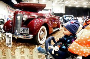 En vinröd Buick från 1937 var en av de bilar som 14 månader gamle Love Löfstrand såg.