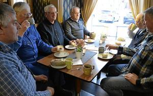 Mötesplats. Spontant men ändå ganska bestämt. Varje vardag vid elva-tiden droppar folk, oftast karlar, in på Guldkringlan för att umgås och byta några ord. Den här gången är Bengt Östlund, Torvald Axén, Sven-Erik Johansson, Torvald Gunnarsson, Per Scherman och Hans-Otto Pohlmann samlade kring bordet.