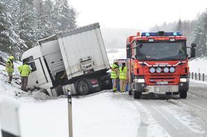 En lastbil har kört av vägen på R50 strax norr om Järleån. 800 liter diesel har läckt ut och trafiken dirigeras om till Yxevägen medan räddningsarbetet pågår.