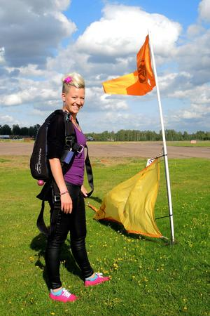 340 fallskärmshopp har det blivit för Angelica Sjöholm. Och fler lär det bli.
