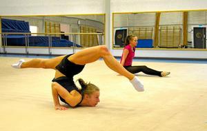 """Tuff träning. Anastassia """"Nastja"""" Johansson tränar rytmisk gymnastik närmare tio pass per vecka. Här tillsammans med Frida Persson. Båda kommer från andra orter och går på Lindeskolans idrottsprofil."""