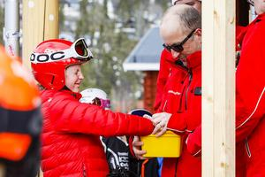 Vinstlotten på 20 000 kronor, med Kevin Lundqvists startnummer, dras.