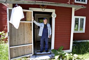 I augusti ska Lasse Hedin vräkas efter 26 år. Kommunen vill riva huset för att kunna frigöra nya tomter.