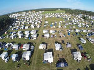 Vy över O-ringens enorma campingområde