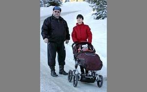 Om Vägverket sätter en gräns på 3,5 ton för vägen blir det mycket säkrare, säger Hans-Owe Fastén med svärdottern Daniela. FOTO: CURT KVICKER