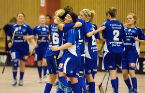 Jubel i H/B sedan Stina Lindgren gjort 2–0.