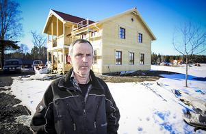 Lars-Erik Albano framför det nybyggda huset på Aspåsnäset.