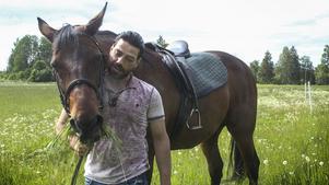 I Älgnäs sköter Naeef Almezel hästar precis som hemma i Syrien.