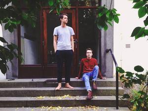 Johan Kellman Larsson och Jonas Jonsson, kanske mer känd under artistnamnet Bedroom Eyes, producerar podden