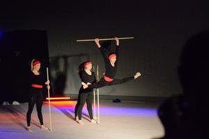 Luftsprång. Käppdans med elitgymnasterna upphäver nästan tyngdlagen, Matilda Antman Morén, Alexandra Eriksson och Winny He.