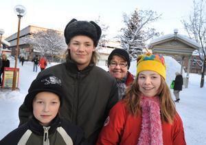 Niklas Nilsson, Micke Larsson och Johanna Larsson julshoppar med mormor Ingrid Nilsson.