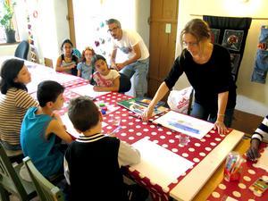 Ingela Jönsson tränar barnen på att släppa fram fantasin.