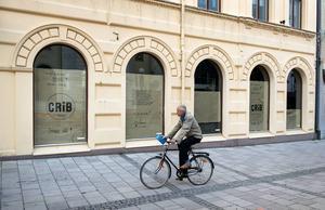 Än så länge är det mörkt i Cribs nya lokaler längs Storgatan men den nya mode- och design-butiken planeras att öppna i månadsskiftet januari/februari 2016.