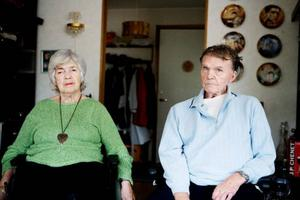 Efter 25 år tillsammans gör Laila Fridlund, 68 år, och Sven Olof Nilsson, 78 år, slag i saken och går till prästen i Brunflo kyrka.Foto: Lars-Eje Lyrefelt