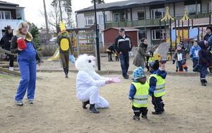 En kram kanske. Lille skutt sträcker ut armarna mot barnen på förskolan Grönsiskan.