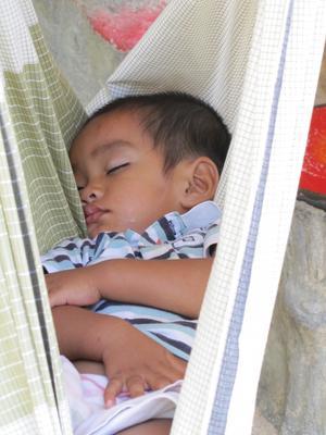 Liten kille i Thailand tar siesta