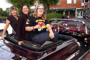 Från vänster: Annika Gummesson, Sabina Nilsson och Malin Lindström hänger i Peters Olssons Chevrolet Impala -59. Foto:Karolina Lundgren