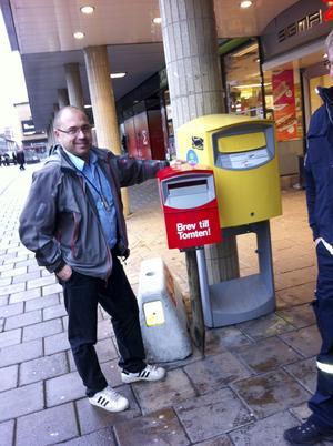 Till tomten. Henrik Nordström från Posten vid den röda lådan.