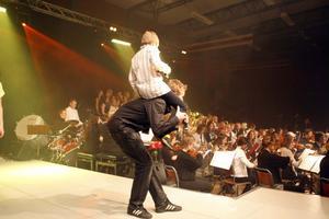 Körmedlemmarna Erik Skoglund (under) och Pontus Norholm (överst) spexade och sjöng Diggilo Diggilei i pausen.