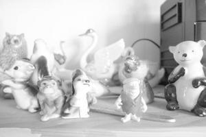 Porslinsfigurerna är en del av Marianne Lindberg De Geers inspirationsmaterial. Även sina gamla målningar har hon framme, gärna de dåliga. I Östersund kommer de dock att vara inslagna.Foto: Lina Josefina Lindqvist