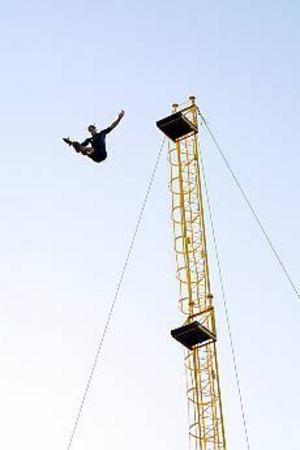 Arkivbild: TERESE PERMAN Farligt. Att hoppa från 31 meter är ingen lek och kan gå riktigt illa om man inte är professionell hoppare. På bilden syns en av Valbo High Divings hoppare.