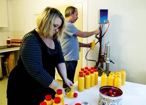 Anna-May Bååth och Mikael Forslund har långa kvällar och helger. Omkring ett ton senap produceras i december. Eftersom automatisering saknas får allt göras för hand.