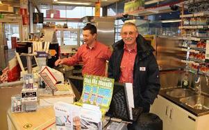 Staffan Hedbys, biträdande säljchef på OKQ8 i Rättvik, kände sig ganska nöjd sista arbetsdagen efter 48 år i branschen. I bakgrunden ses nuvarande chefen Daniel Persson. FOTO: BENGT OLDHAMMER