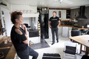 """Köket är en given samlingsplats, även om Stefan och Sanna långt ifrån är några soffliggare. """"Vi köpte hela köket för 2 500 kronor på en konkursauktion"""", berättar Stefan."""