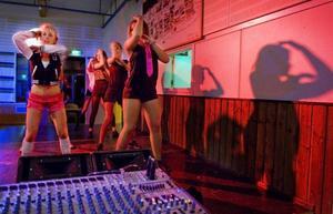 I går tränade en grupp tjejer inför kvällens dansuppvisning. De utlovar feminin vibe med mycket höfter, rumpa och bröst.